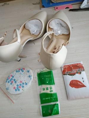 白色细跟高跟鞋女,一字带尖头中跟小码半包头凉鞋